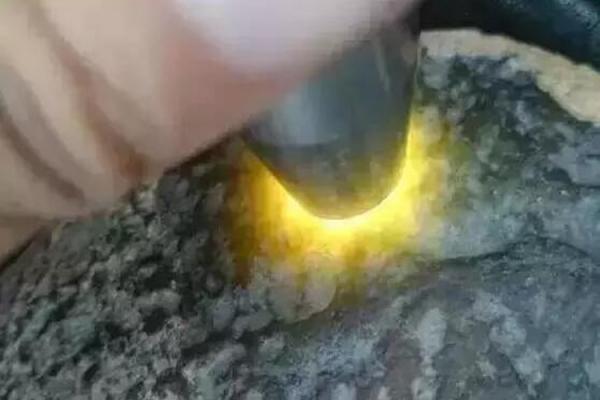 该如何鉴别瑞丽翡翠批发市场上的毛料好坏?有只手电筒就够了!