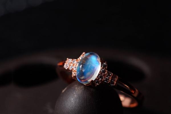 蓝月光石是何物?蓝月光石价值高吗?